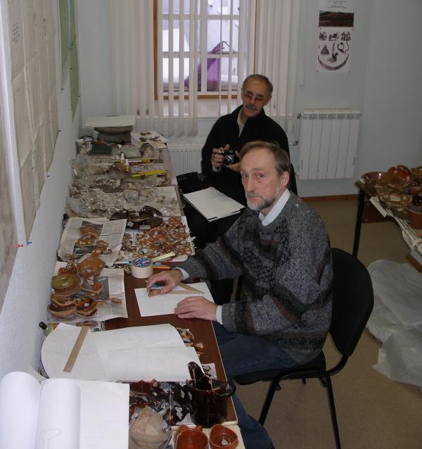 Археологи Соловецкого музея-заповедника В.А. Буров и А.Я. Мартынов в камеральной мастерской (2015 г.).
