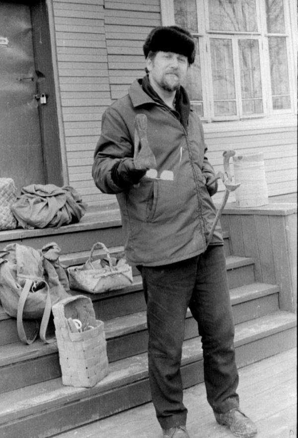 Участник экспедиции 1976 г. в Беломорский район (Карелия) В.В. Скопин с собранными им предметами музейного значения.