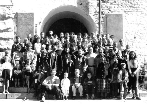 Ветераны и сотрудники музея с наместником Спасо-Преображенского монастыря архимандритом Иосифом в дни празднования 30-летия СГИАПМЗ. 1997 г.