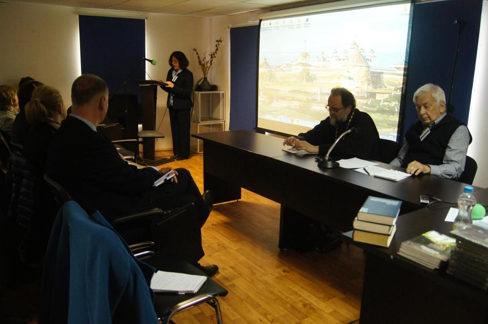 Участников конференции приветствует заместитель генконсула США в Санкт-Петербурге Демитра Паппас