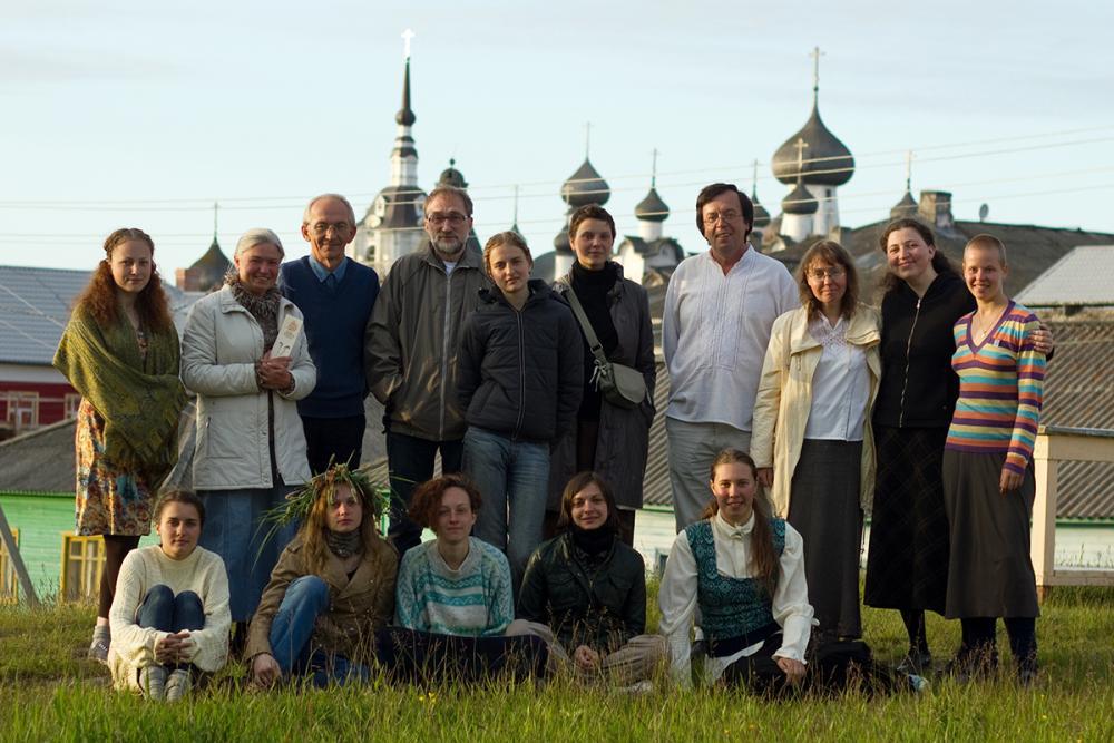Участники программы с её научным руководителем искусствоведом Петровской Л.А. и археологом Буровым В.А.