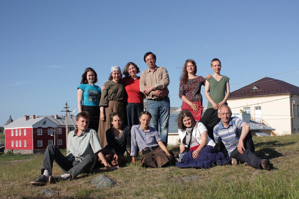 Группа студентов, участников творческой практики с руководителями проекта