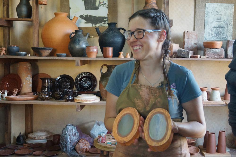 Анна Морозова, студентка УдГУ, с гипсовыми формами