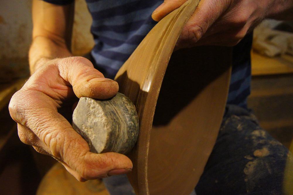 Лощение кринки камнем-окатышем