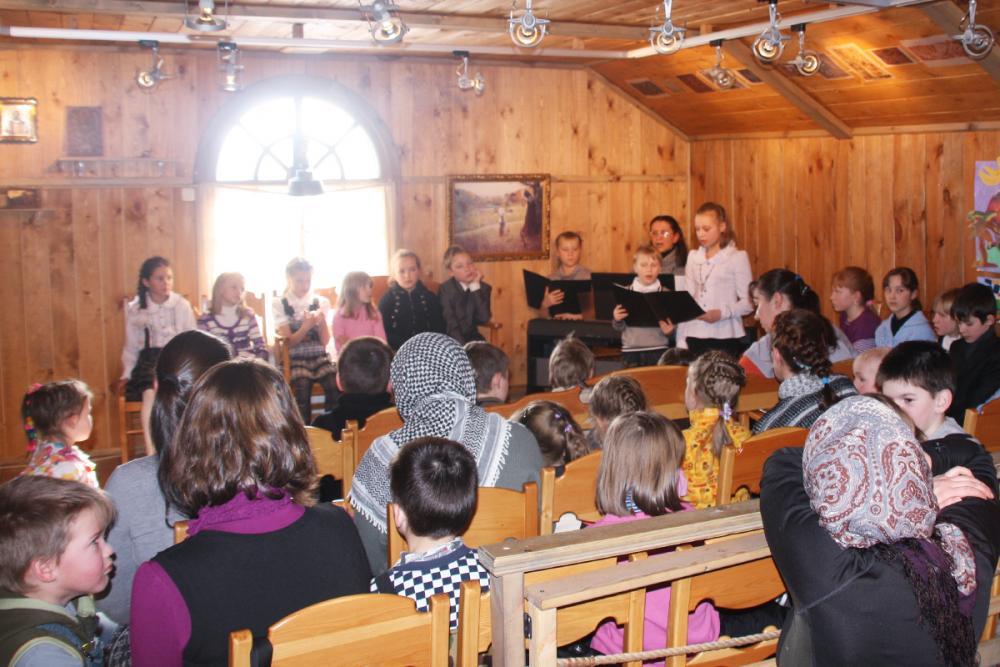 Главную тему выставки на открытии озвучили учащиеся музыкальной школы, исполнив духовные стихи