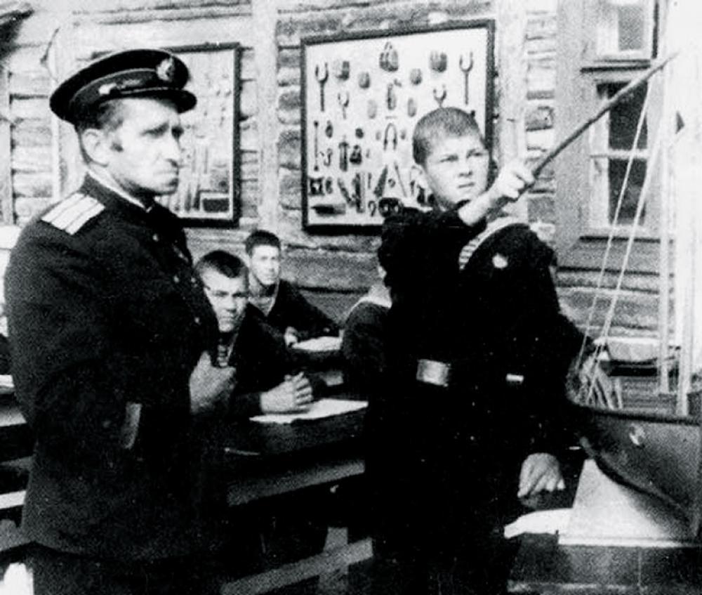 Занятия по кораблевождению ведет начальник Школы юнг Н.Ю. Авраамов. 1943 г.