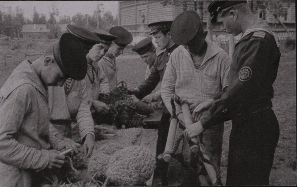 Будущие боцманы на занятиях по такелажному делу плетут кранцы. Савватьево, 1944 г.