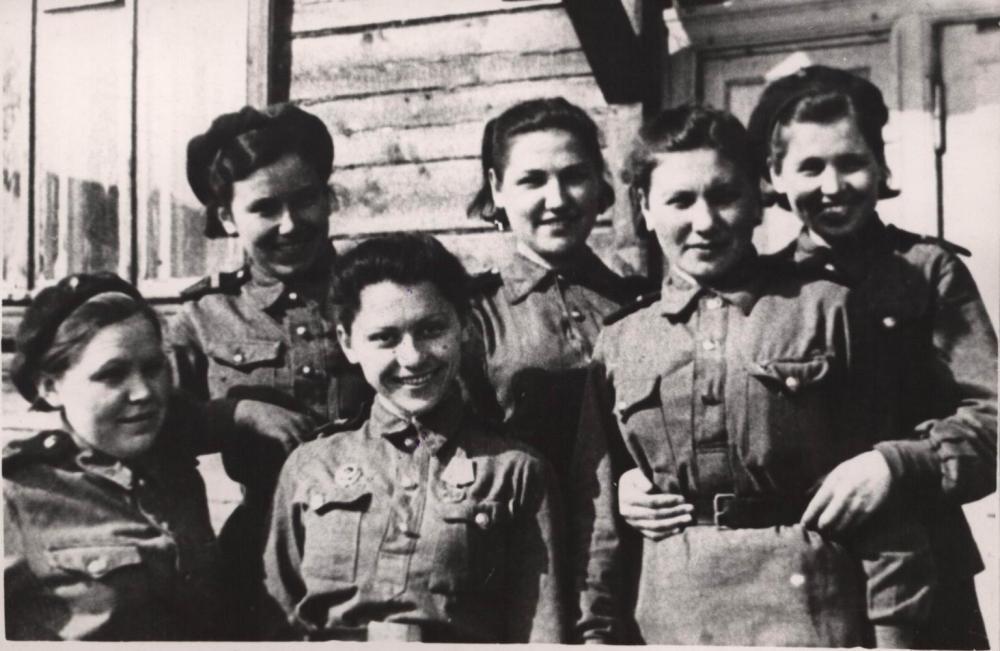 Выпускницы Школы связи в Ваенге во время службы в 356-ом отдельном батальоне воздушного наблюдения. 1944 г.