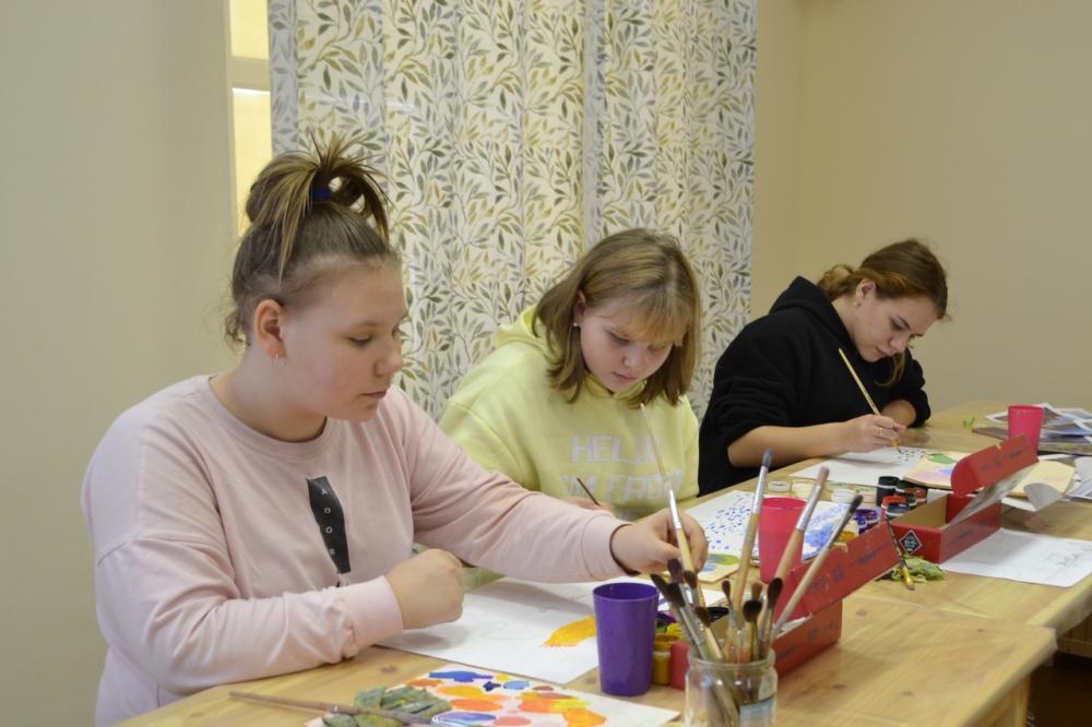 Ученицы 6 класса начинают рисовать свои пейзажи.