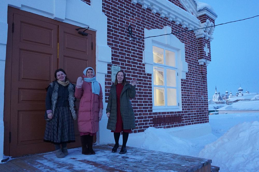 Педагоги Школы ремёсел на крылечке своего нового дома.