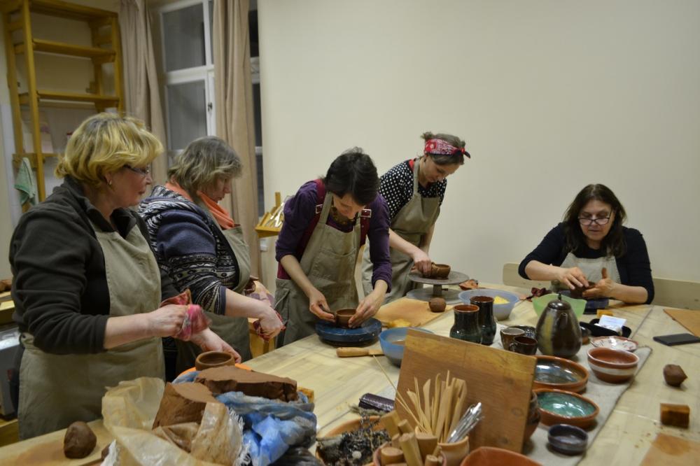 Рабочий процесс изготовления мисочки на ручном гончарном круге.