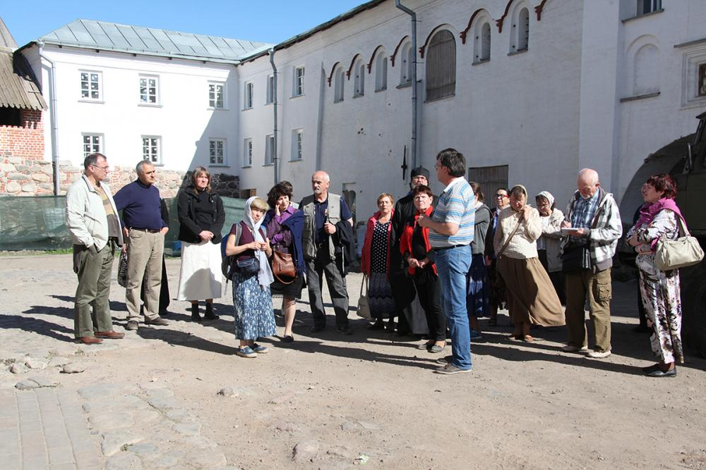 Участники конференции на тематической экскурсии, посвященной Д.С. Лихачеву