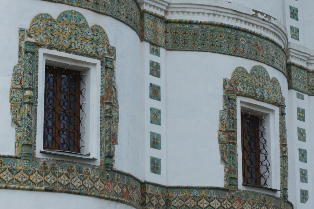Фрагмент изразцового декора алтарной части церкви Иоанна Богослова Николо-Вяжищского монастыря. Конец XVII – начало XVIII в.
