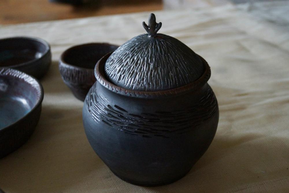 Предметы из набора гончарной посуды. Автор – Кристина Ифанова (СПГХПА)