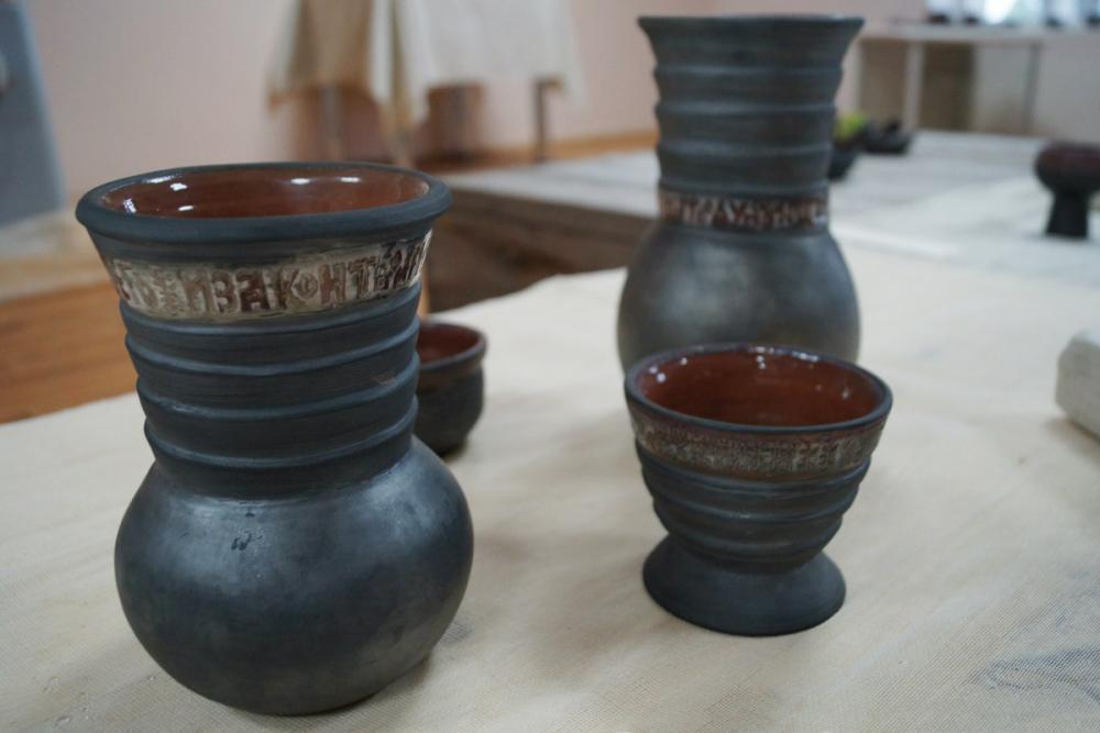 Набор гончарной посуды. Автор – Полина Метелькова (СПГХПА)