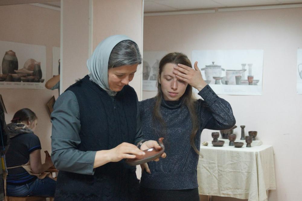 Куратор выставки Луиза Базилевских с художником мезенской росписи Ольгой Постниковой